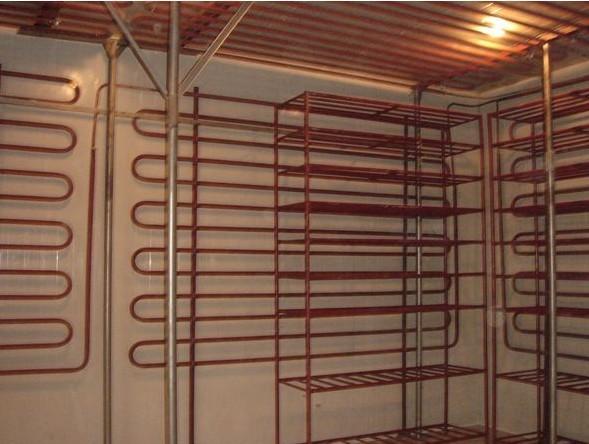 排管冷库介绍 排管冷库中使用的蒸发器主要有两种形式:一种是冷风机,另一种是排管蒸发器。由于客户对存储的产品要求,特别是在食品行业,排管冷库对食品的湿度要求,食品风干、食品变色等特殊要求,目前正在推广运用排管冷库,排管冷库具有长久保存,食品干耗少, 铝排吊装于库顶,形成直冷式自然对流传热,使被冷却的食品干耗降至最少。食品的干耗在压缩机工作时加剧,停机时缓解,由于铝排降温速度特别快,压缩机工作时间缩短,停机时间长,食品保鲜效果更好,排管上结霜也更少,从而使库内湿度适中,温度稳定,恒温恒湿效果好。库内温度波动小